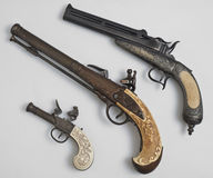 在白色背景的古老手枪 免版税图库摄影