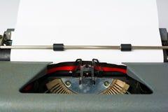 在白色背景的古色古香的打字机与纸关闭 免版税库存照片
