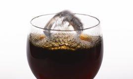 在白色背景的可乐玻璃 免版税库存图片