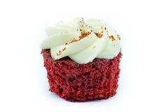 在白色背景的可爱的红色天鹅绒杯形蛋糕 库存图片