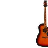 在白色背景的右边音响镶有钻石的旭日形首饰的吉他,与大量拷贝空间 库存图片