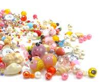 在白色背景的各种各样的五颜六色的小珠 免版税图库摄影