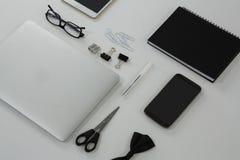 在白色背景的各种各样的办公室辅助部件 免版税库存照片