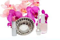 在白色背景的各种各样的化妆用品产品 库存图片