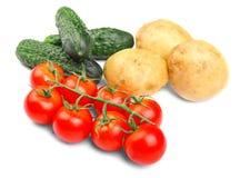在白色背景的各种各样的菜 被剥皮的土豆 水多的蕃茄 新鲜的黄瓜 健康沙拉 图库摄影