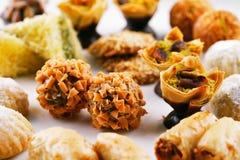 在白色背景的各种各样的阿拉伯甜点 免版税库存照片