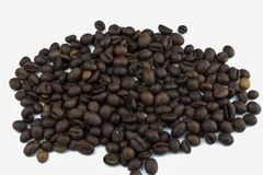 在白色背景的咖啡堆 咖啡谷物 在白色背景的绝缘物 大家爱咖啡 早晨用咖啡 库存照片