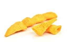 在白色背景的嘎吱咬嚼的玉米快餐 库存照片