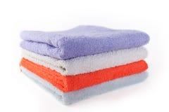 在白色背景的四块五颜六色的毛巾 库存图片