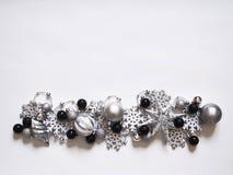 在白色背景的圣诞节与球的花圈,横幅和雪花 在视图之上 颜色是黑,灰色,银色和白色的 库存图片