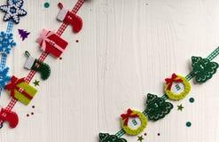 在白色背景的圣诞节装饰绘了土气蟒蛇 免版税图库摄影