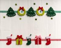在白色背景的圣诞节装饰绘了土气蟒蛇 免版税库存照片
