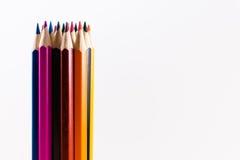 在白色背景的垂直的多彩多姿的铅笔 免版税库存图片
