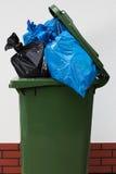 在白色背景的垃圾箱 库存照片