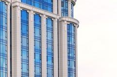 在白色背景的多层的玻璃摩天大楼办公楼 库存图片