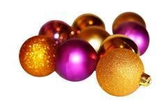 在白色背景的多彩多姿的圣诞节球 免版税图库摄影