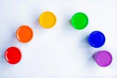 在白色背景的多彩多姿的树胶水彩画颜料以花的形式 彩虹的颜色 免版税库存照片