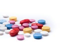 在白色背景的多彩多姿的医疗药片 免版税库存图片
