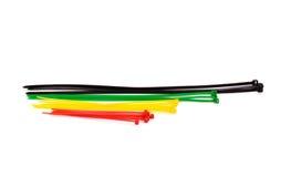 在白色背景的多色尼龙电缆扎匝 免版税图库摄影