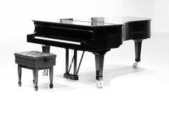 在白色背景的大平台钢琴 库存照片