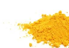 在白色背景的姜黄粉末 库存图片