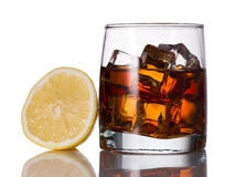 黄色,威士忌酒,反射,融解,柠檬,冰,玻璃,强光,饮料,科涅克白兰地,白兰地酒,酒精 库存图片