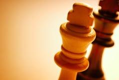 在白色背景的宏观木国王棋子 免版税库存图片