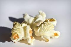 在白色背景的宏观被隔绝的玉米花 图库摄影