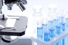 在白色背景的实验室、化学和科学概念 库存照片