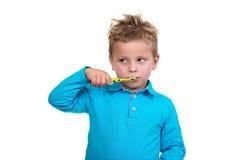 在白色背景的小男孩掠过的牙 库存照片