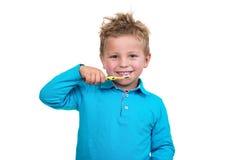 在白色背景的小男孩掠过的牙 免版税库存图片
