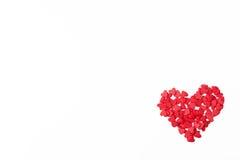 在白色背景的小红色心脏 图库摄影