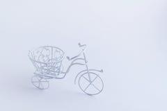在白色背景的小装饰白色自行车 背景方式 图库摄影