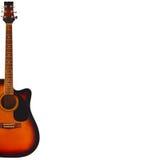 在白色背景的左边音响镶有钻石的旭日形首饰的吉他,与大量拷贝空间 免版税库存图片
