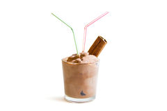 在白色背景的巧克力冰淇凌用被隔绝的桂香 免版税库存照片