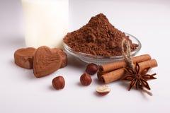 在白色背景的巧克力心形的糖果,巧克力构成 免版税库存照片