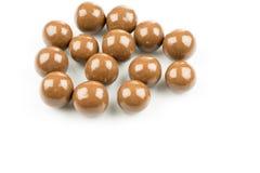在白色背景的巧克力球 免版税图库摄影