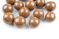 在白色背景的巧克力球 免版税库存图片