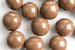 在白色背景的巧克力球 库存图片