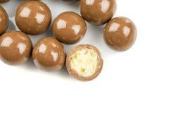 在白色背景的巧克力球 图库摄影