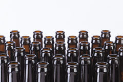 在白色背景的布朗玻璃啤酒瓶静物画 免版税图库摄影