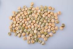 在白色背景的干绿豆 从事园艺和农业 免版税库存照片