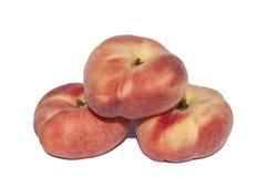 在白色背景的平的桃子 免版税库存图片