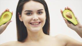 在白色背景的年轻俏丽的女孩身分 生存产品的概念 一个美丽的年轻人的特写镜头画象 股票录像