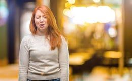 在白色背景的年轻美丽的红头发人妇女 免版税库存照片