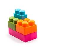在白色背景的彩虹颜色塑料砖台阶 免版税库存照片