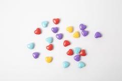 在白色背景的微型塑料心脏 免版税库存图片