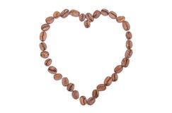 在白色背景的心形的咖啡豆 免版税库存图片