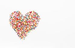 在白色背景的心脏形状洒 免版税库存图片