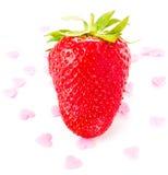 在白色背景的成熟伟大的新鲜的草莓,装饰用爱糖果 免版税库存图片
